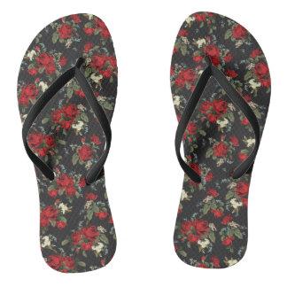 roses rouges et sandales à la mode de souffle de tongs