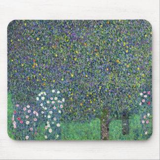 Roses sous les arbres, c.1905 tapis de souris