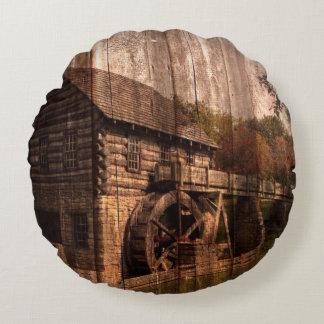 Roue d'eau en bois de moulin de ferme de grange coussins ronds