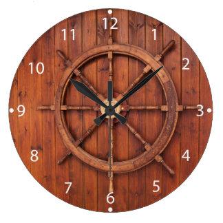 Roue nautique de barre de bateaux sur le mur en grande horloge ronde