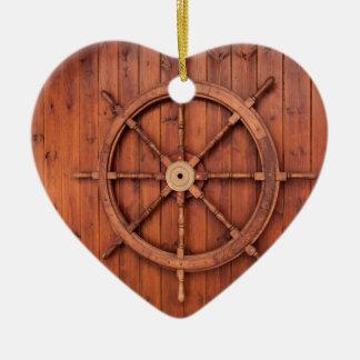 Roue nautique de barre de bateaux sur le mur en ornement cœur en céramique