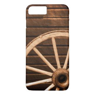Roues se penchant contre le vieux mur en bois coque iPhone 8 plus/7 plus