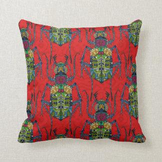 rouge de scarabée de fleur coussin