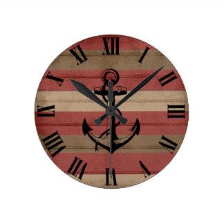 Rouge rustique et rayures et ancre nautiques en horloge ronde