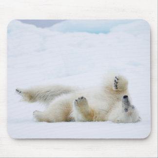 Roulement d'ours blanc dans la neige, Norvège Tapis De Souris