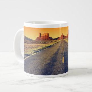 Route à la vallée de monument au coucher du soleil mug