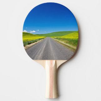 Route de Backcountry par des champs de canola de Raquette De Ping Pong