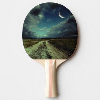Route de campagne menant à l'église raquette tennis de table