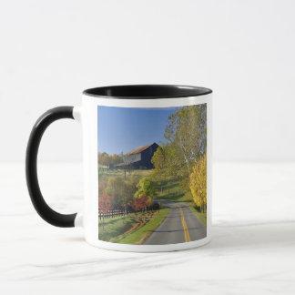 Route rurale par la région de Bluegrass du Mug