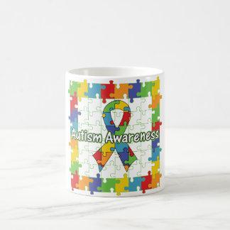 Ruban carré de sensibilisation sur l'autisme de mug blanc
