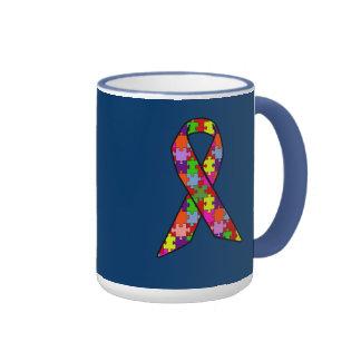 Ruban de sensibilisation sur l'autisme dans le mot tasse à café