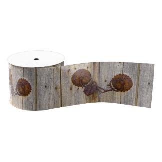 Ruban Gros-grain Vieux cadenas vintage rouillé de fer sur une porte