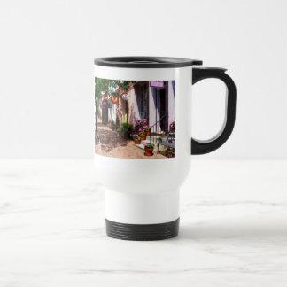 Rue avec la galerie d'art et le buraliste l'Alexan Mugs À Café