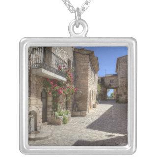 Rue de pavé rond, bâtiments en pierre, historiques pendentif carré