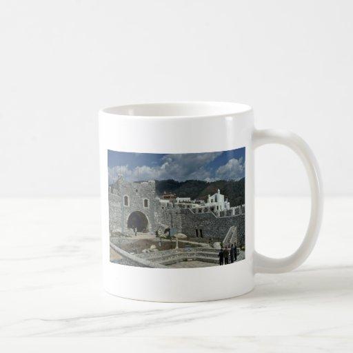 Ruines antiques en monde moderne mugs