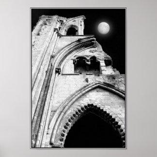 Ruines la nuit. Noir et blanc. Posters