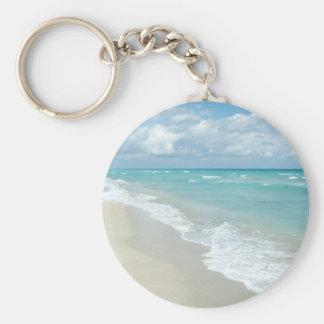 Sable extrême de blanc de vue de plage de porte-clé rond