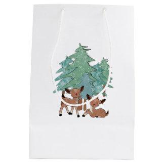 Sac Cadeau Moyen Petits cerfs communs dans un paysage d'hiver