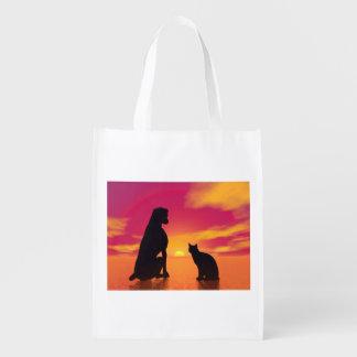 Sac Réutilisable Amitié de chien et de chat au coucher du soleil