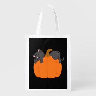 Sac Réutilisable Chat noir dormant sur le citrouille de Halloween