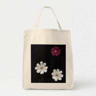 Sac Trois fleurs sur un arrière - plan noir