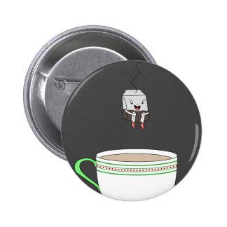 Sachet à thé sautant dans la tasse de thé pin's