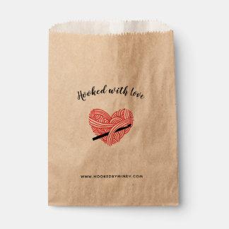 Sachets En Papier Crochet accroché avec des métiers de coeur de fil