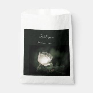 Sachets En Papier Dogrose blanc sur un arrière - plan foncé. Ajoutez