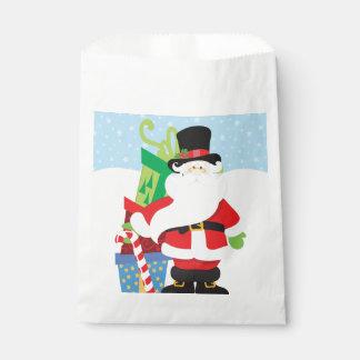 Sachets En Papier père Noël dans le tophat par la pile de presentts