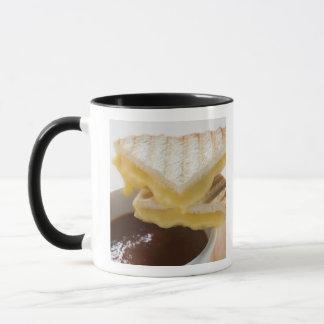 Sandwichs grillés à fromage et une tasse de soupe