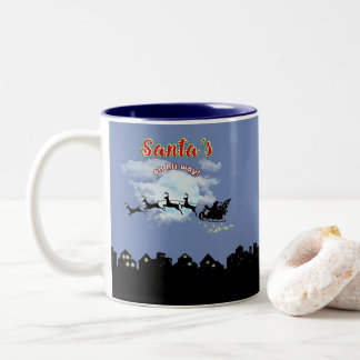 Santa sur sa tasse de café de vacances de Noël de