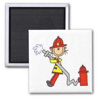 Sapeur-pompier féminin avec le T-shirts et les cad Magnets Pour Réfrigérateur