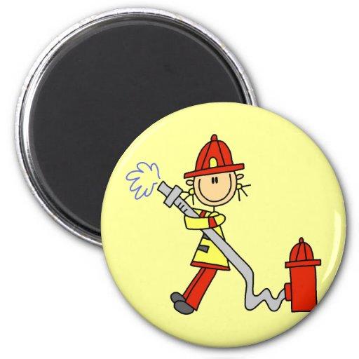 Sapeur-pompier féminin avec le T-shirts et les cad Magnets