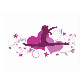 Saut rose de gymnastique de coeur carte postale