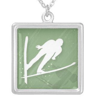 Sauter de ski de deux hommes collier