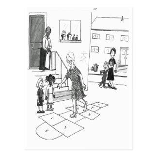 Sauts de femme plus âgée jouant le jeu de marelle carte postale