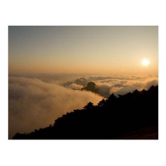 Scène de coucher du soleil dans une montagne de la carte postale