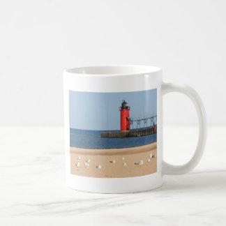 Scène de plage avec les mouettes et le phare mug