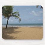 Scène de plage de paradis d'île avec des palmiers tapis de souris