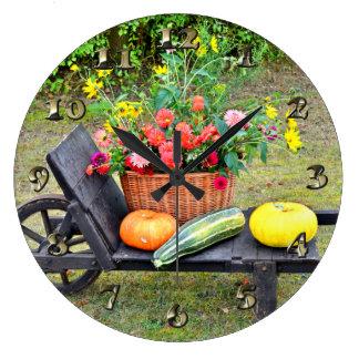 Scène de récolte de thanksgiving avec la brouette grande horloge ronde