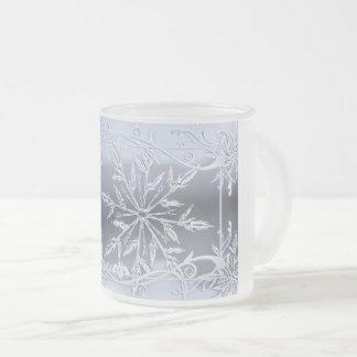 Scène givrée de flocon de neige sur la tasse