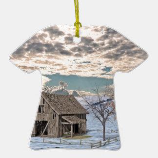 Scène tôt de grange d'hiver ornement t-shirt en céramique