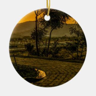 Scène tropicale de coucher du soleil de paysage ornement rond en céramique