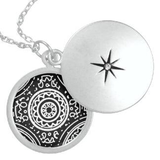 Schéma noir et blanc génial motif de mandala collier en argent