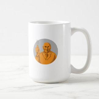 Scientifique fou tenant le dessin de cercle de mug blanc