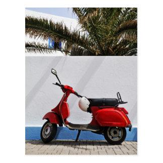 Scooteur rouge par le mur, île de Stromboli, Carte Postale
