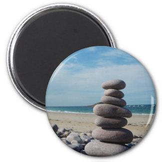 Sculpture en caillou sur une plage aimant