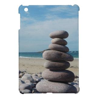 Sculpture en caillou sur une plage coques iPad mini