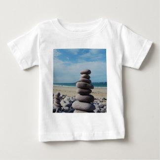 Sculpture en caillou sur une plage t-shirt pour bébé