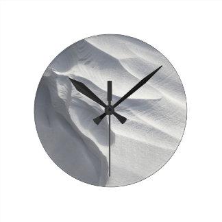 Sculpture en dérive de neige d'hiver horloge murale